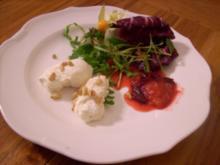 Parmesanmousse mit Honigpflaumen auf Rucola - Rezept