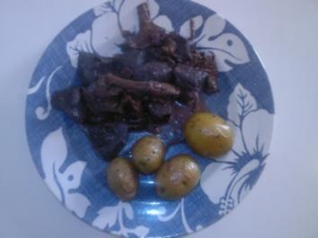 Straußengulasch mit Pfifferlingen in Rotweinsoße - Rezept