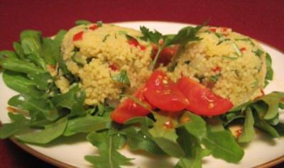 Bällchen vom Couscous-Rucola-Babyspinat-Salat und Balsamico-Chili-Dressing - Rezept
