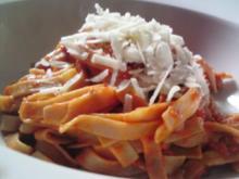 Vollkorn-Tagliatelle mit Tomatensauce und Parmesan - Rezept
