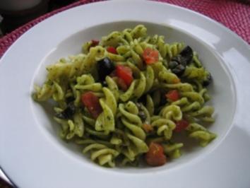 a Pastasalat mit Oliven und Kapern - Rezept