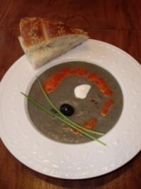 """""""Schwarze Verführung"""" - Auberginen-Oliven-Süppchen mit Paprikaschaum - Rezept"""