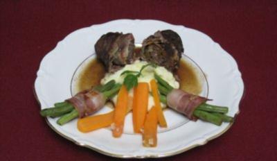 Rezept: Gefüllte Roulade mit Kartoffel-Sellerie-Püree an zweierlei Gemüse