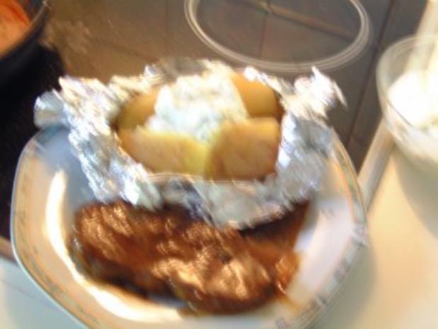 Rindersteak mit Pfeffersauce und Folienkartoffeln mit Kräuterquark - Rezept