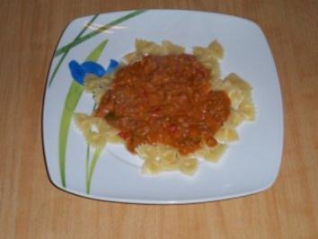 """Farfalle """"Diavolo"""" Schmetterlingsnudeln in scharfer Tomaten-Hackfleischsoße - Rezept"""