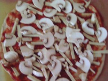 Pizza mit Räuchertofu, Lauch und Champignons - Rezept