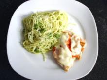 """Putenschnitzel """"Caprese"""" mit Petersilienpesto-Spaghetti - Rezept"""