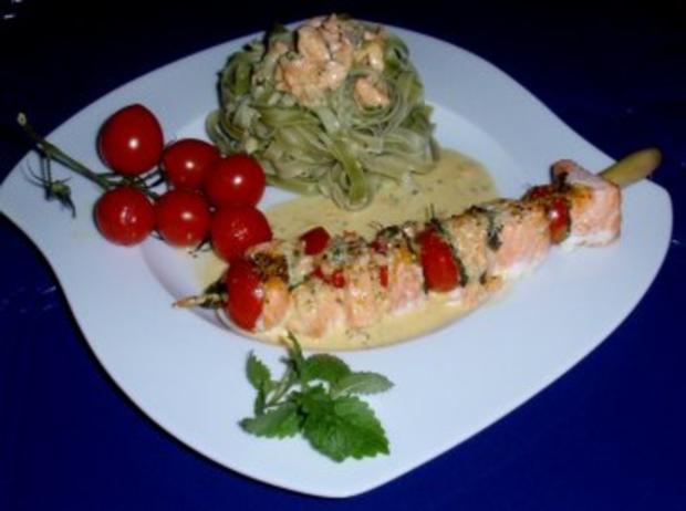 Irische Lachsspießchen mit Spinatnudeln und Grilltomaten - Rezept