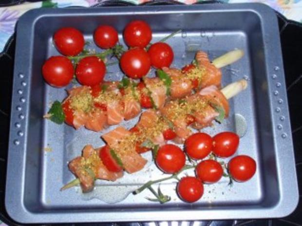 Irische Lachsspießchen mit Spinatnudeln und Grilltomaten - Rezept - Bild Nr. 3