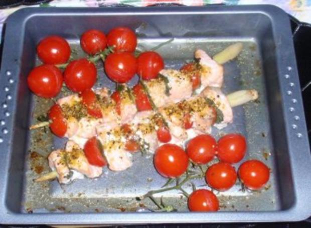 Irische Lachsspießchen mit Spinatnudeln und Grilltomaten - Rezept - Bild Nr. 7