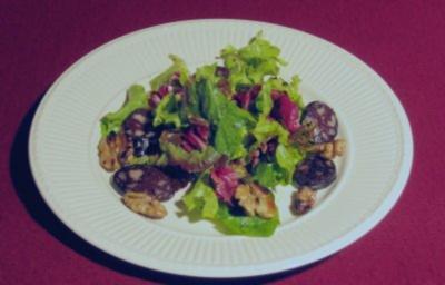 Gebratene Blutwurst auf buntem Blattsalat - Rezept