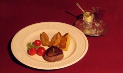 Rinderfilet mit Burgunder-Senf und Rosmarinbutter an Backkartoffeln und Tomaten - Rezept