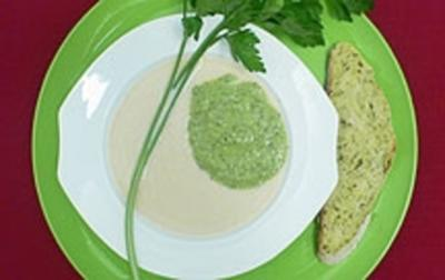Rezept: Petersiliensuppe Grün-Weiß mit frischem Zucchinibrot
