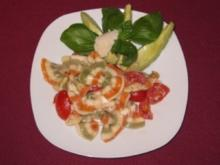 Lauwarmer getrüffelter Nudelsalat mit Mozzarella auf einem Avocadobett - Rezept