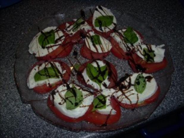 Tomatensalat mit Büffelmozzarella und frischen Basilikum - Rezept