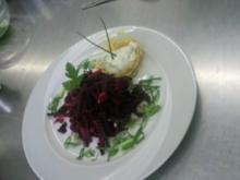 Rote-Bete-Salat mit Kartoffelnest und Creme fraiche - Rezept