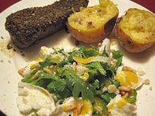 Straußensteak mit Knoblauch-Butter, Rucolasalat und gefüllten Ofenkartoffeln - Rezept