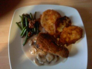 Rezept: Panierte Hähnchenkeule mit Kartoffelpuffer und Speckbohnen