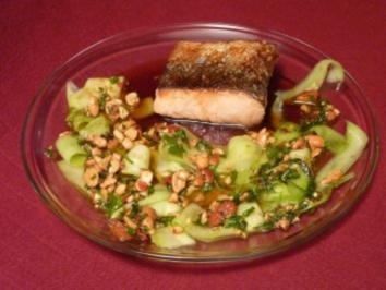 Honigglasierter Lachs mit Gurkensalat und Erdnuss-Pesto - Rezept