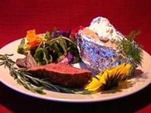 Roastbeef mit Folienkartoffel und Kräutersalat (Dustin Semmelrogge) - Rezept