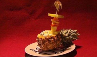 Selbstgemachtes Ananas-Eis mit Mangosahne und Früchtespieß (Dustin Semmelrogge) - Rezept