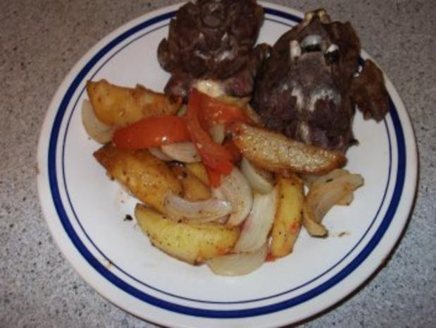 Lammhals mit Kartoffeln, Tomaten und Zwiebeln - Rezept