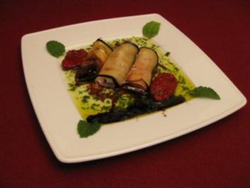 Auberginenröllchen gefüllt mit Ricotta und Mortadella auf Minzspiegel - Rezept