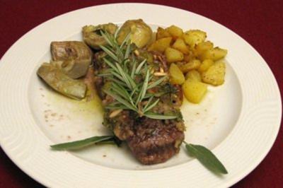 Lammfilet mit Kräuterkruste, Artischockenherzen und gewürfelten Kartoffeln - Rezept