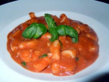 Tomaten-Orangen-Sahne-Sauce mit Walnüssen und Gnocchi - Rezept