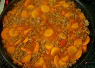 Kochen: Leuchtendrote Hackfleisch-Gemüse-Pfanne - Rezept