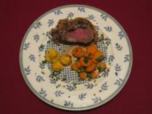Filet Wellington an Sauce Perigord, Herzoginkartoffeln und glasierten Möhrchen - Rezept