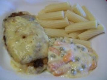Schnitzel auf Erbsen und Mören mit Käse überbacken - Rezept