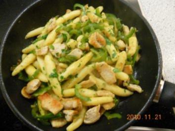 Scharfe Schupfnudeln mit Putenfleisch und grünem Paprika - Rezept