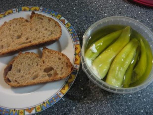 Kleiner Abendsnack: gegrillte Peperoni mit Schafskäse und Brot - Rezept - Bild Nr. 2