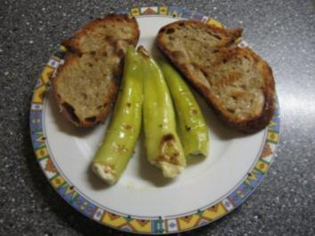 Rezept: Kleiner Abendsnack: gegrillte Peperoni mit Schafskäse und Brot