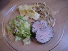 Pochiertes Schweinefilet im Kräutermantel an Spitzkohl und Champignonrahmsoße - Rezept