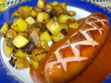 Currywurst mit pikanter Soße - an Bratkartoffelwürfel - Rezept