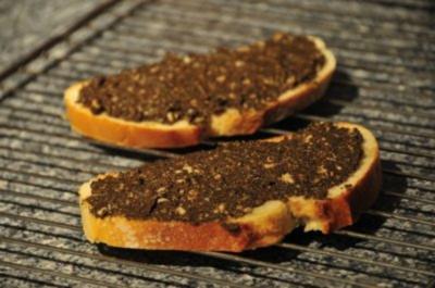 Bruschetta mit schwarzen Oliven + Parmesan - Rezept