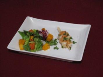 Kürbissalat mit einer Würze aus Thymian u. Honig-Chili-Karamell, an Garnelenspießen - Rezept