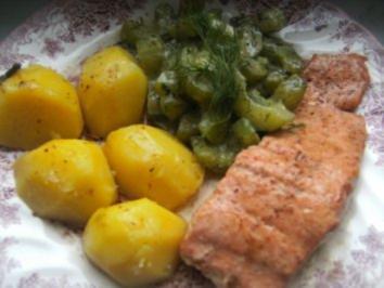Gebratener Lachs mit Gurken-Dill-Gemüse und  gebutterten Salzkartoffeln - Rezept