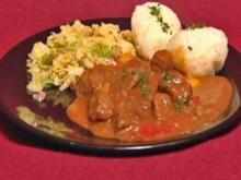 Ungarisches Gulasch mit Kartoffelknödeln und geschmortem Wirsing (Martin Kesici) - Rezept