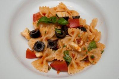 Farfalle mit Tomaten und Oliven - Rezept