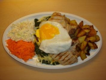 Schweinekotelett auf Blattspinat , Bratkartoffeln und zweierlei Rohkost - Rezept