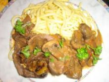 Rehrollbraten mit Trockenfüchten gefüllt in einer Champignonsoße an Spätzle - Rezept