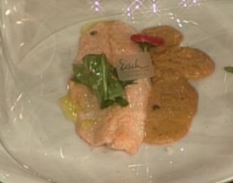Bachsaibling in Tee geräuchert mit Wildkräuter-Salat - Rezept