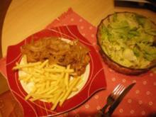 Zwiebelschnitzel mit Pommes und Salat - Rezept