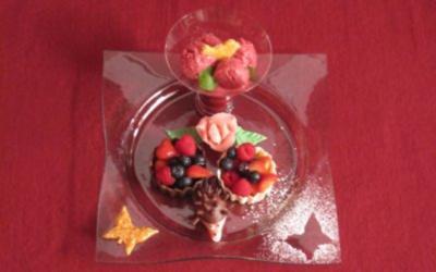 Joghurt-Beeren-Eis mit Variationen von Beeren der Saison in der Schokoblüte - Rezept