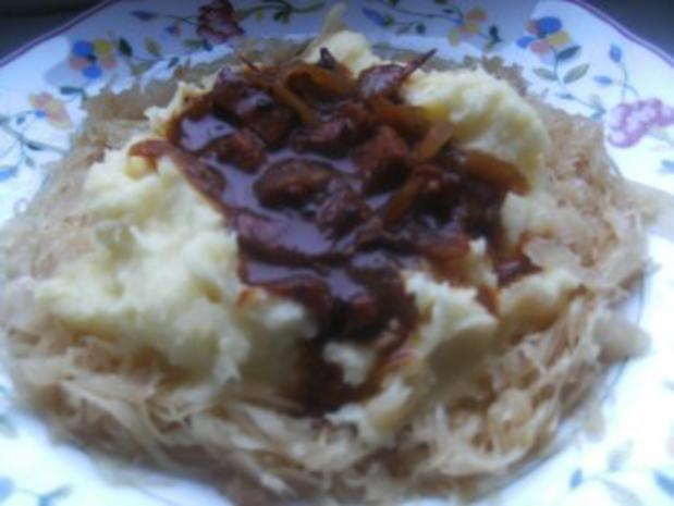 Wurstgulasch im Kartoffel-Sauerkraut-Bett - Rezept