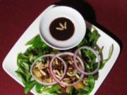 Rapunzelsalat mit Äpfeln, Pinienkernen und Rosinen an Pflaumen-Zimt-Soße - Rezept
