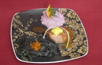 Rezept: Pfeffersteak mit Blaukartoffel-Püree in schwarzen Nudelnestern
